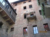 А это типа дом Джульетты, и ее балкон...