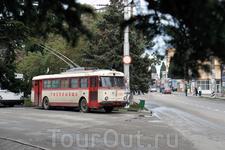 Приехал в Алушту. В Крыму, как и в Черновцах, по дорогам колесят старые троллейбусы Skoda 9Tr. Произведение искусства. Дата начала производства - 1961 ...