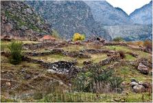 Трек к обещанному водопаду проходил мимо вот таких живописных развалин