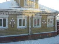 этот домик приглянулся тем, что с одной стороны у него деревянные рамы, а с другой - стеклопакеты)))