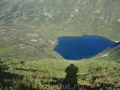 Озеро в хребте Канское белогорье.  Долины истоков реки Кария и Малое Пезо Восточный Саян. Высота озера 1693 метра над уровнем моря. Данное озеро весьма ...