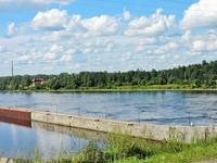 Подъезжаем к переправе через реку Свирь. Не очень далеко от этого места есть автомобильный мост, однако ближе к городу находится переправа по Верхне-Свирской ...