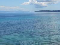 Фото сделано по пути на пляж Иссос. На другой стороне моря виднеются горы Албании.