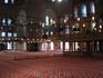 Пол Голубой мечети устилают великолепные ковры, преимущественно красных и вишнёвых тонов. Но главные, доминирующие цвета мечети — голубой и синий. Эти ...