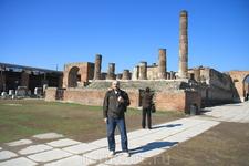 На руинах города