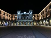Так получилось, что на главную площадь города, а она в Авиле для разнообразия не носит имя Plaza Mayor, а называется Plaza del Mercado Chico (маленький ...