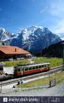 Железнодорожная станция Винтерггг на железной дороге Груцчальп до Муррен с горой Юнграу позади, Бернское Оберланд, Швейцария. (Фото не мое.)