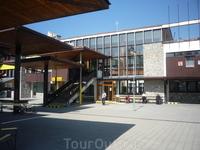 Железнолорожная станция Штрбске-Плесо (большая, но не слишком уютная; может в сезон там и лучше)
