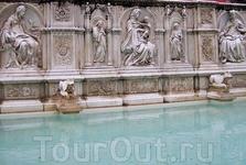 """"""" Фонтан  Радости """" на Кампо  украшен   в  1419 году  барельефами  на  библейские  темы, в центре  Мадонна  с  младенцем.  Творение  рук Джакопо  делла ..."""