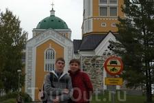 Близ церкви. Длина церкви составляет 45 метров, ширина – 42 м., а высота – 27 м., а высота купола – 37 м.
