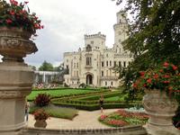 Белый красивый замок долгое время передавался из рук в руки в какой-то период сменил 26 хозяев за короткое время. Кто-то пытался его перестраивать, кто-то совсем им не занимался. Последним в этой неск