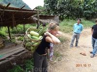 Местные женщины в таких корзинах носят с поля урожай.
