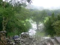 Копан Дорога до места археологических раскопок идет через лесные заросли по размытой дождем глинистой дороге. Сначала выбираем куда наступить и не замочить ...