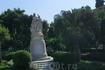 В южной части парка возвышается известный памятник Байрону работы французских скульпторов Шаню и Волдьера. Женщина в тунике, символизирующая Грецию, венчает ...