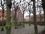 Тихий двор перед церковью - хорошее место для  раздумий.