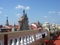 Вид на театр с крыши нашего отеля