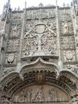 Итак, символы фасада. В полукруглом тимпане над входом, украшенном королевской лилией, показана сцена посвящения Коллегии доминиканским монахом Alonso ...