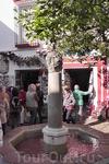 Ещё в нём есть маленький фонтан и магазинчик сувениров(с туалетом...)