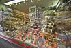 бельгийские кондитерские сверкают как ювелирные магазины.  их количество, по-моему, не поддаётся подсчёту. уйти из этих магазинов с пустыми руками невозможно ...