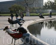 Отдыхающие фонтана. Сад Tuileries