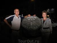 Новые солнечные часы у парка. ночью