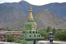 Победа буддизма над бон по символически выразилась в победе Гуру Ринпоче над многочисленными демонами Тибета. Это событие согласно легендам произошло недалеко от Самье в Хепо Ри, и открыло путь массир