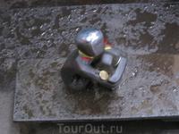 По легенде, надо подарить малышу монетку, погладить его по голове и загадать желание:))