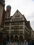 Мюнхенская улочка и одна из двух башен собора Фрауэнкирхе