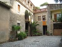Милые домики и каталонский флаг. Испанский флаг за всю поездку мы видели лишь однажды, в Фигерасе на здании мэрии