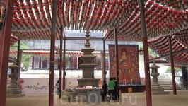В храме Понынса
