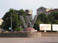 Памятный знак города Выборг на площади у железнодорожного вокзала