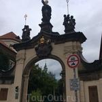 А это Страговский монастырь (Strahovský klášter) ордена премонстрантов. Основан  в 1140 году чешским королем Владиславом II по совету епископа Здика. Монастырь ...