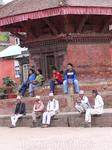 Непал.г Патан Вечером народ собирается,чтобы посидеть на ступеньках храма