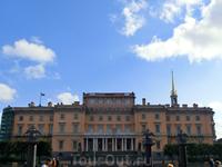 После убийства царя никто из членов царской семьи не хотел жить во дворце. Вскоре из него были вывезены художественные ценности, а помещения отдавали под ...