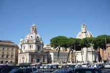 Рим. На холме  Палантин.Роскошные  пинии на переднем плане,за ними церкви   Санта Мария ди  Лорето и  Санта  Номе ди Мария.За пиниями виднеется  колонна  Траяна.