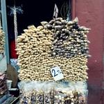 Орехи.. мы их любим. Покупали. В Стамбуле их в основном так и продают