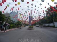 Улица с китайскими фонариками