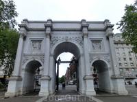 Ну и сама Marble Arch -  мраморная арка была создана в 1828 году известным архитектором Джоном Нэшем, взявшим за основу знаменитую триумфальную арку Константина в Риме. Арка построена из каррарского м