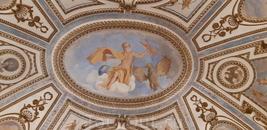 Росписи потолков и стен изображают богов и героев.
