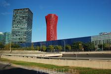 Барселона. Архитектура.Не знаю что за здание, привлекло к себе ярким цветом и необычной архитектурой.