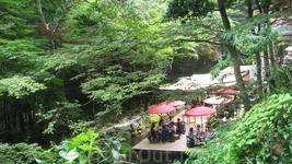 С июня по сентябрь , рестораны Kibune строят крытые платформы на реке , где посетители могут наслаждаться едой ,пока вода течет под ними. Известная как ...