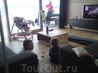 В гостях у единственных русских лыжников Лены и Виталика из Брянска.    Даня после школы  играет с Викой в их потрясающем шведском шале на выкате к к