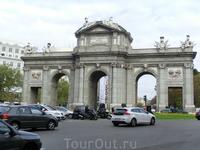 Puerta de Alcala являются одними из 5 бывших королевских ворот, открывавших доступ в город Мадрид. Расположены они сегодня в центре ротонды, построенной на площади Независимости, а возведены в 1778 г.