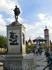 В центре площади возвышается памятник великому писателю. Произведение Carlo Nicoli торжественно открытое 9 октября 1879 года.