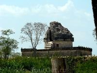 Город был основан, как полагают, в V-VI веках и являлся одним из крупнейших городов майя. К концу X века, однако, по невыясненным причинам жизнь здесь практически прекратилась. Строения, относящиеся к