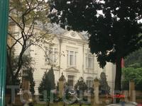 Здание в районе Бадинь. Здесь расположены органы власти и дипломатические миссии. Возле каждого здания находится охрана. Фотографировать в этом районе ...
