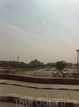 Храмовый комплекс Акшардам в Дели строили 10 тыс. рабочих 7 лет. открыт в 2005 году. Он целиком сооружен из камня: чтобы избежать коррозии, при возведении здания не использовалось железо, и вся отделк