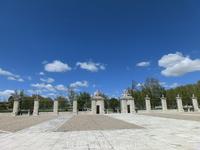 Двор дворца обнесен красивой оградой, которая и сама по себе как произведение искусства.