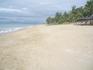 пляж в сентябре немноголюдный