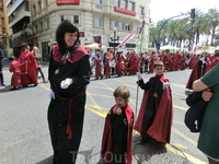 Интересно, что во всех испанских праздниках с удовольствием участвуют дети. Они участвовали в ночных процессиях, и в воскресном пасхальном ходе.